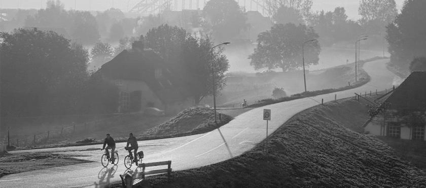 fietsers in landschap NL